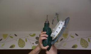 Deckenlampe befestigen