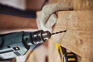 Schräg in Holz bohren