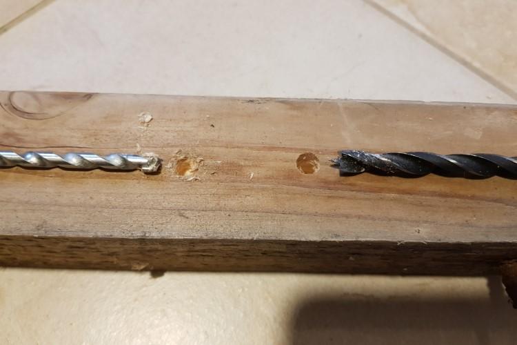 Mit Steinbohrer durch Holz bohren